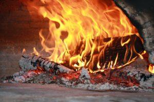 Cuisiner avec le four au feu de bois